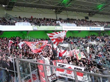 VfB-Fans: lautstark und farbenfroh