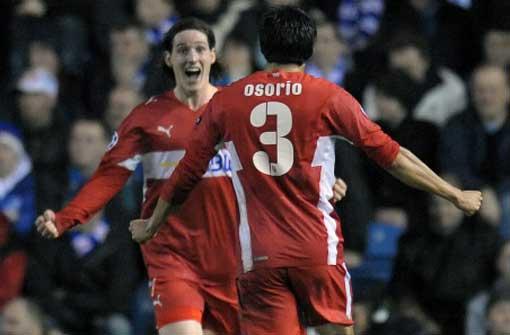 Sebastian Rudy (li.) und Ricardo Osario jubeln nach dem Treffer in der 16. Minute